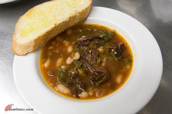 Cannellini-Bean-Kale-Soup-9-600x400