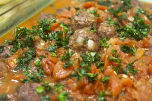Beef-Turkey-Meatballs-with-Tomato-Sauce-on-Pasta-9