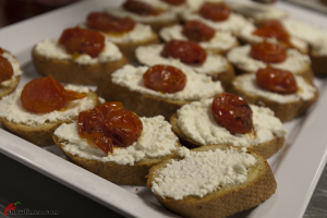 Ricotta-Crostini-with-Cherry-Tomatoes-08