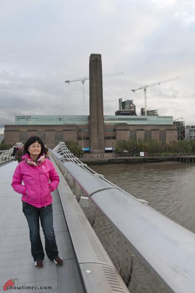 London-Day-4-Crossing-The-Millenium-Bridge-02